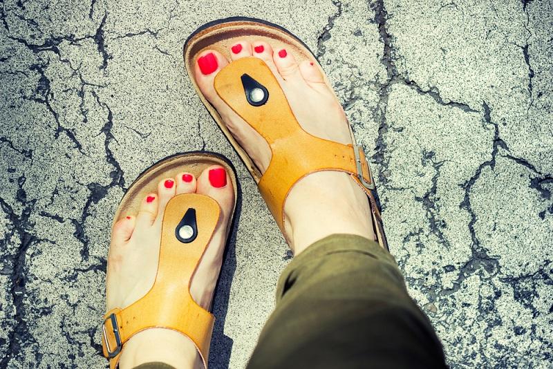 Divattanácsadás: hol és hogyan viseljük a lábujjközös papucsokat?