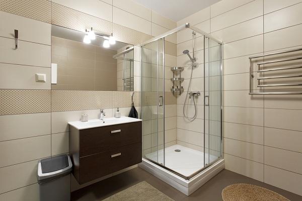 Sarok zuhanykabin: ha kicsi a hely a fürdőszobában