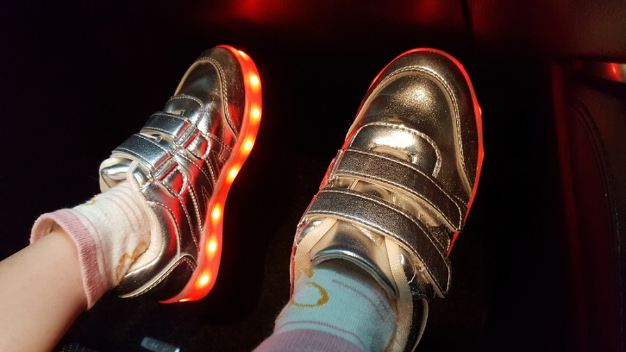 Csaljon mosolyt gyermeke arcára világító cipővel!