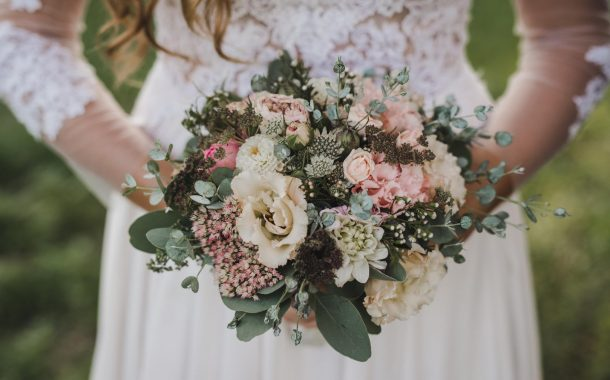 Az esküvői virágdekorációnak csak a fantázia szabhat határt!